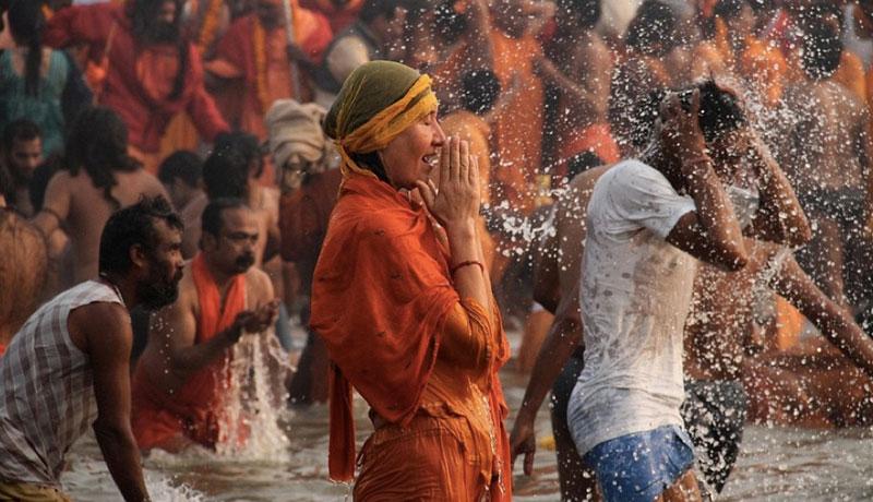 印度千万朝圣者裸体沐浴