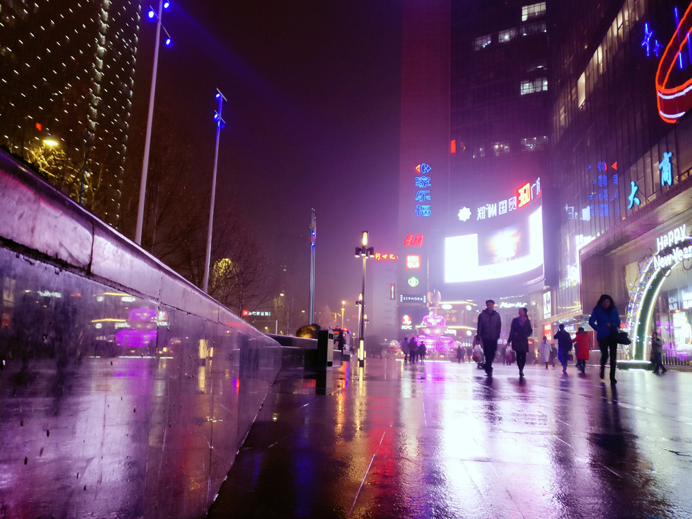 雨夜的购物中心