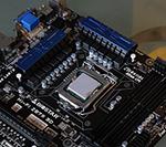 安装CPU并涂抹硅脂
