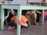 地震口诀:伏地、遮挡、手抓牢