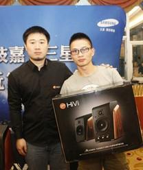 惠威音箱市场推广总监张浩帆先生为玩家颁发奖品