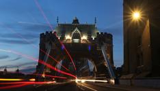 行驶在古典与现代间 伦敦夜拍MG车模型