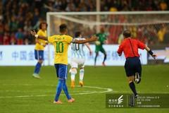 2014南美超级杯巴西队围攻裁判-内马尔举手示意