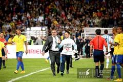 2014南美超级杯赛场花絮-热情球迷擅闯球场被带走