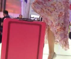 见到美女会自动跟随的行李箱