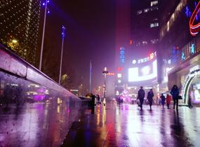 《雨夜的购物中心》