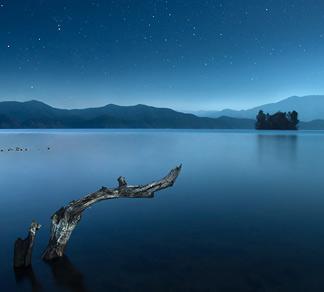 《静怡的湖水》
