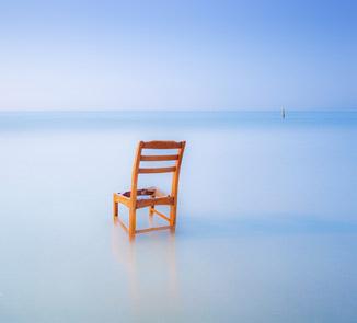 天大亮了,还是可以拍的,这破凳子也是沙滩灌木丛中找出来的,所以不要忽视沙滩周围的任何东西