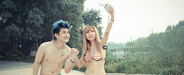 情侣试用索尼四防数码摄像机