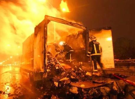 您的快件已烧毁 快递货车起火谁该来赔