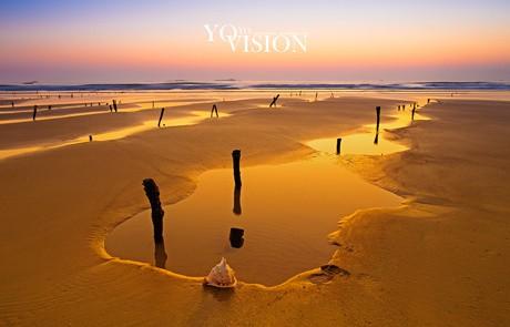 温暖的阳光照在身上 听着海浪声声 漫步海滩
