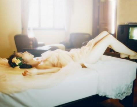如何在度假酒店里为女友拍摄一组闺房人像