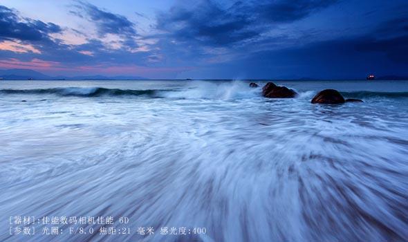 日出前后拉丝海浪。