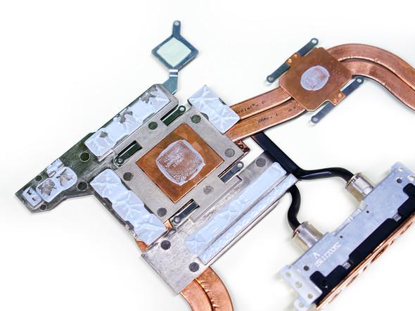 GTX980显卡的显存颗粒与散热模组间涂满了硅脂