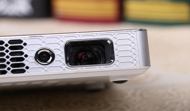 双镜头设计,具备自动对焦和虚拟触控功能。