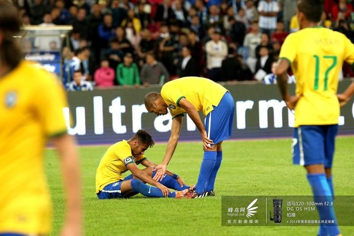内马尔摔倒后队友将他扶起