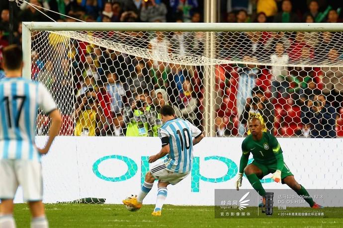 2014南美超级杯阿根廷队-梅球王身姿优美,但皮球被巴西门将勇猛扑出。
