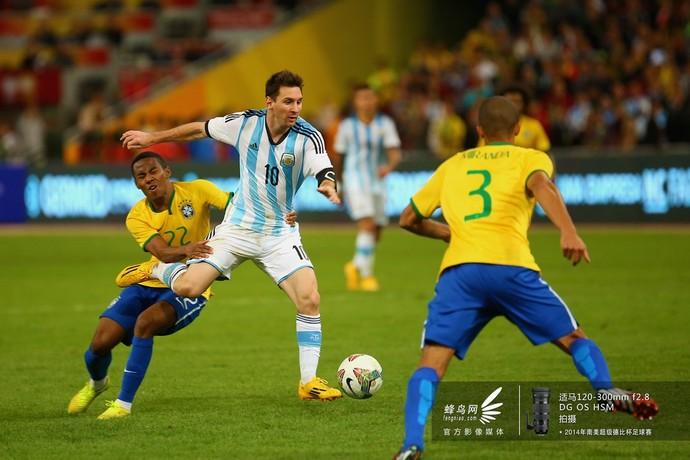 梅西带球遭遇强硬防守。