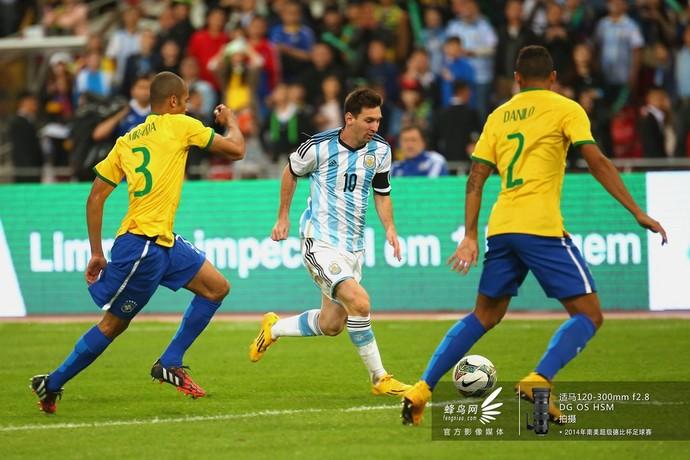 梅西带球突破巴西队防线。