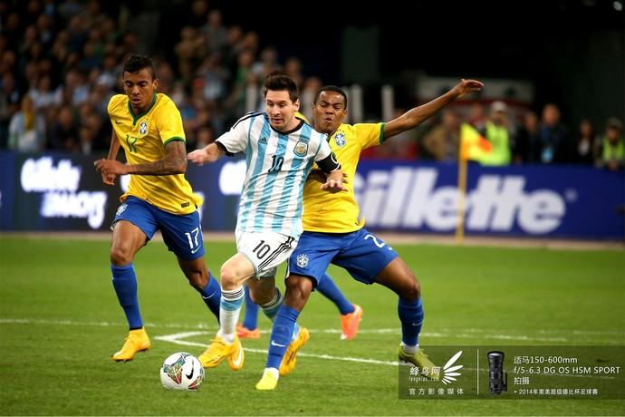 梅西经常会受到对方后卫的贴身紧逼防守。