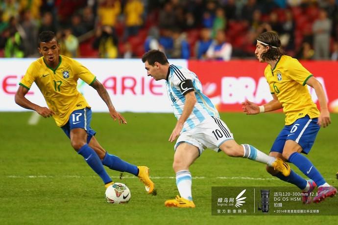 梅西遭遇对方双人包夹,带球突破。