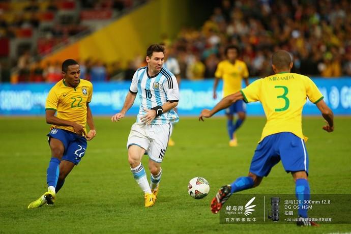 梅西突破巴西队防线。