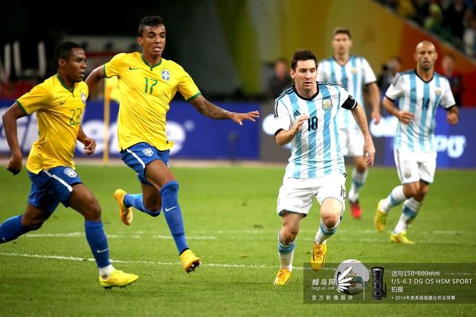 梅西带球突破对方防线。
