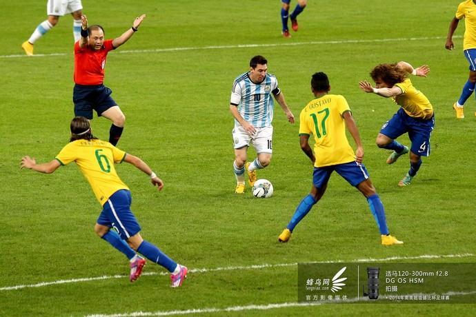 梅西带球突破巴西队防线,如入无人之境。