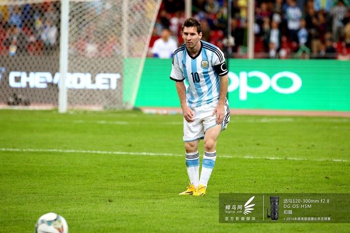 """梅西在罚定位球前也在""""思考人生""""。"""