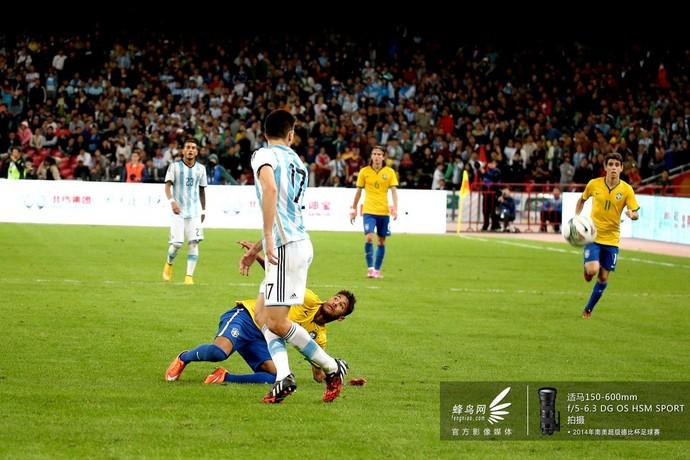 内马尔摔倒在对方球员身边