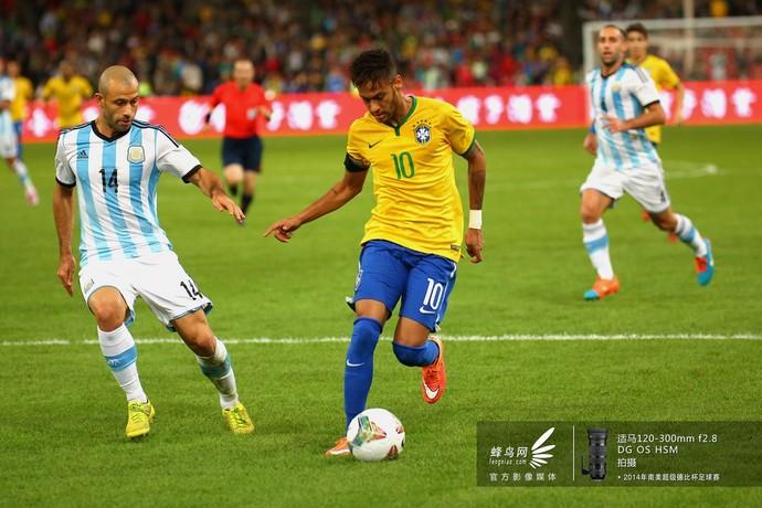 内马尔带球高速突破阿根廷队防线。